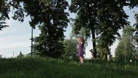Una giovane ragazza bionda nel legno stock footage