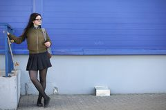 Una giovane ragazza dei pantaloni a vita bassa sta guidando un pattino Amiche f delle ragazze Fotografia Stock Libera da Diritti
