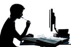 Una giovane ragazza del ragazzo dell'adolescente che studia con il calcolatore Fotografia Stock