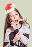Una giovane, ragazza graziosa descrive Santa Claus Immagine Stock