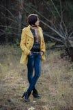 Una giovane ragazza graziosa sta in una posa rilassata sulla natura in un coni Fotografie Stock Libere da Diritti