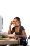 Una giovane ragazza latina che studia con un calcolatore Immagini Stock