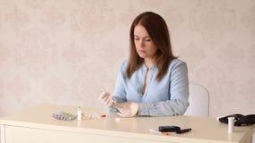 Una giovane ragazza messa a fuoco si fa un'iniezione dell'insulina a casa archivi video