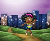 Una giovane ragazza nera attraverso gli edifici alti nella città Immagini Stock Libere da Diritti