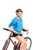 Una giovane ragazza sexy che propone su una bici immagini stock libere da diritti