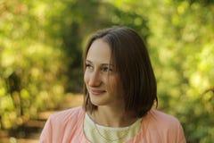Una giovane ragazza sorridente felice fotografia stock