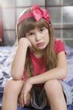 Una giovane ragazza sveglia del ritratto di sette con trucco difettoso fotografie stock libere da diritti