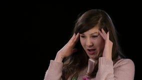 Una giovane signora con un'emicrania di scissione stock footage
