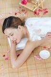 Una giovane signora gode della maschera del corpo nel salone della stazione termale Immagine Stock