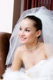 Una giovane sposa che osserva in avanti Fotografie Stock Libere da Diritti