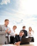Una giovane squadra di affari sul lavoro Immagini Stock Libere da Diritti