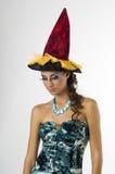 Una giovane strega nelle alte coperture magiche rosse Fotografia Stock Libera da Diritti