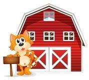 Una giovane tigre che tiene il contrassegno vuoto vicino al barnhouse Immagine Stock Libera da Diritti