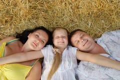Una giovani famiglia, padre, madre e figlia Fotografia Stock Libera da Diritti