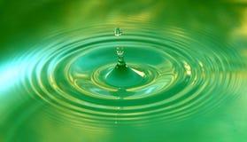 Una goccia dell'acqua sta cadendo fotografia stock