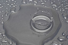 Una goccia di acqua forma una corona Immagine Stock Libera da Diritti