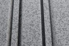 Una goccia di acqua su un metallo grigio Immagini Stock Libere da Diritti