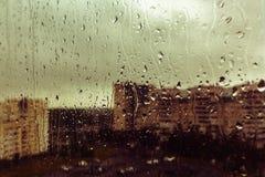 Una goccia di pioggia sulla finestra della tristezza di bramosia, sfuocatura del fondo immagine stock