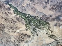 Una gola in alta Himalaya, una fotografia della montagna di una valle verde fra le rocce rosa dalla finestra dell'aeroplano Immagine Stock Libera da Diritti