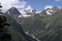 Una gola profonda della montagna con i pendii ripidi ed i picchi di alta montagna Fotografie Stock