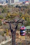 Una gondola viaggia giù al fondo di una collina Immagini Stock Libere da Diritti
