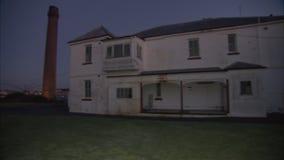 Una grúa y una hierba con la casa metrajes