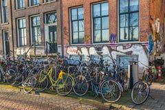 Una gran cantidad de bicis en Amsterdam Imagen de archivo libre de regalías