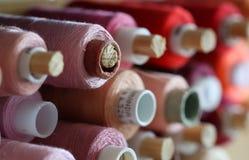 Una gran cantidad de carretes con los hilos coloridos Imagen de archivo libre de regalías