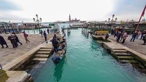Una gran cantidad de góndolas en Venecia durante el timelapse 4K del día almacen de metraje de vídeo