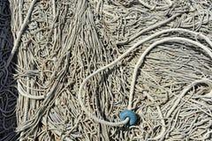 Una gran cantidad de pesca ropes entrelazado y sucio en concepto de las herramientas del trabajo imagen de archivo