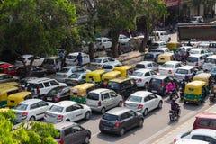 Una gran cantidad de tráfico en Delhi, la India Foto de archivo