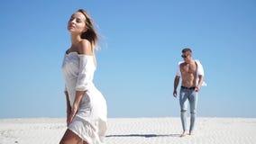 Una gran historia de amor en el desierto, un individuo se acerca a una muchacha