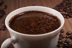 Una gran taza de café y de habas Fotografía de archivo libre de regalías