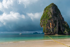 Una grande alta scogliera nel mare, pioggia si rannuvola il mare Fotografia Stock