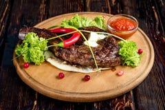 Una grande bistecca arrostita Fotografia Stock Libera da Diritti