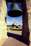 Una grande campana di chiesa e una chiesa ortodossa con un Golden Dome Fotografia Stock