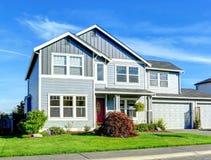 Una grande casa di due storie Vista del portico e del garage di entance Fotografie Stock