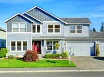 Una grande casa di due storie Vista del portico e del garage di entance Immagine Stock