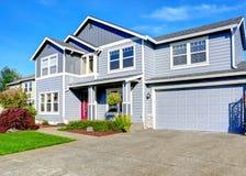 Una grande casa di due storie Vista del portico e del garage di entance Fotografia Stock