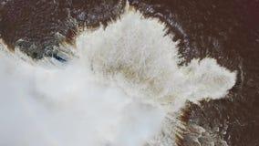 Una grande corrente degli scorrimenti dell'acqua attraverso la cascata precipitante a cascata di Iguazu video d archivio