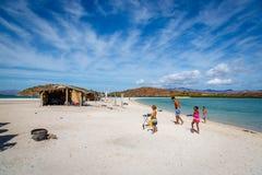 Una grande famiglia che gode delle feste in una spiaggia piacevole dell'acqua blu nella Bassa California Fotografie Stock Libere da Diritti