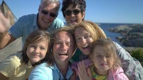 Una grande famiglia felice prende un selfie o utilizza il telefono video macchina fotografica di chiamata sul litorale archivi video