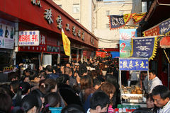 Una grande folla ad una via del mercato dello spuntino su una festa nazionale in Cina Immagini Stock Libere da Diritti