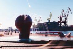 Una grande fontana nel porto fotografia stock libera da diritti