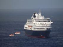 Una grande nave da crociera che si ancora nella baia di Ministero della marina Immagini Stock Libere da Diritti