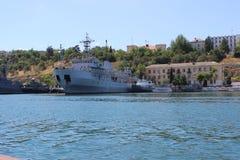 Una grande nave da guerra nel porto immagini stock