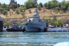 Una grande nave da guerra nel porto immagini stock libere da diritti