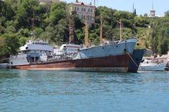 Una grande nave da guerra nel porto Fotografia Stock Libera da Diritti