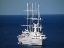 Una grande nave di navigazione che si ancora nella baia di Ministero della marina Immagini Stock