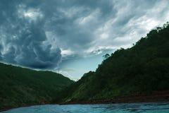 Una grande nuvola di nimbus immagine stock libera da diritti